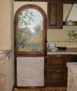 красивый холодильник в маленькой кухни