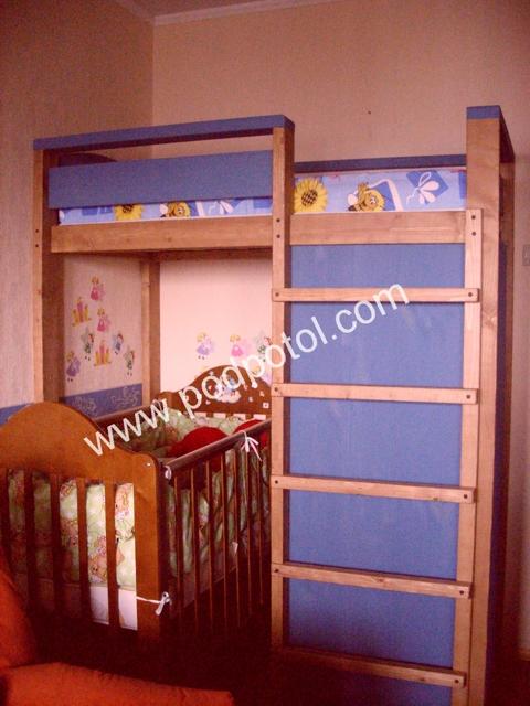 Двухъярусная кровать с детской кроваткой