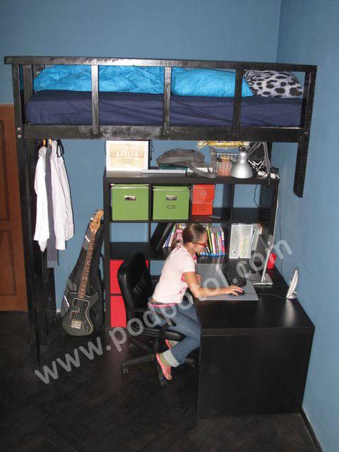 Двухъярусная кровать и рабочее пространство
