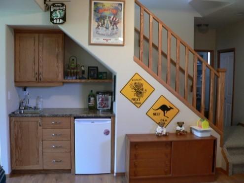 идеи кухни под лестницей