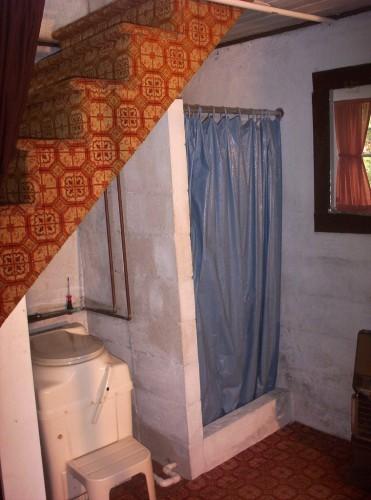 душ под лестницей